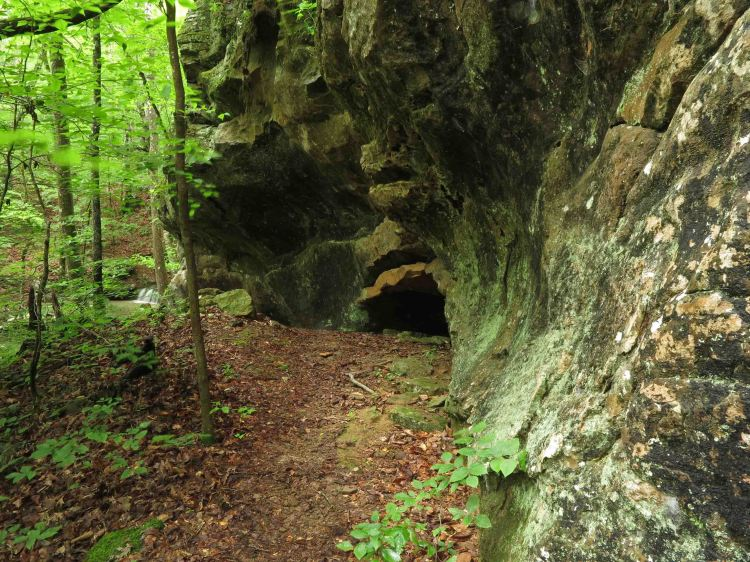 Little cave next to the Marinoni marker